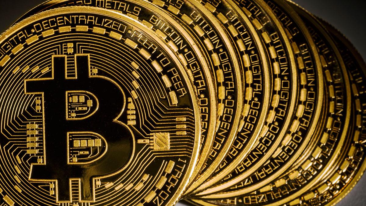Bitcoin wart więcej, niż uncja złota. Co to jest? Dlaczego drożeje? Czy warto go mieć?