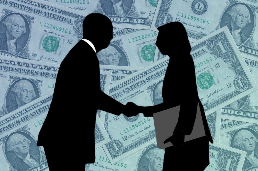 Masz przeterminowane długi. Jak negocjować z bankiem ugodę? Straszakiem… upadłość konsumencka