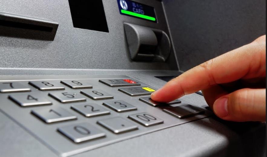 Chcesz wypłacić z bankomatu małą kwotę? Przemyśl to: w Alior Banku i mBanku testują nowe prowizje
