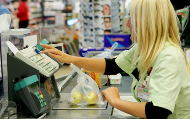 Jak dobrać się do gotówki, gdy w okolicy nie ma taniego bankomatu? Trzeba poszukać… sklepu
