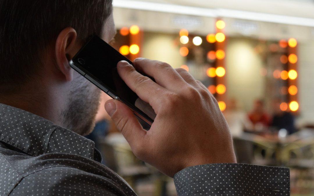 """Uwaga! Oszukują nas przez telefon! Jak się zachować, gdy dostaniemy telefon """"z banku""""?"""