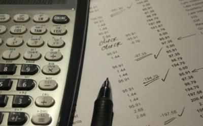 Karta kredytowa: jak wykorzystać ją do zarządzania domową kasą i do wyplątania się z długów?
