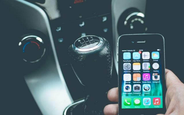 To przegięcie czy genialny pomysł? Ubezpieczyciel zdalnie sprawdzi czy nie gadasz, gdy kierujesz!