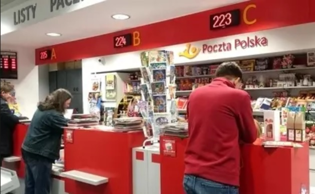 Poczta wrzuca granat za kołnierz Polsce bezgotówkowej? Rozkręca się rywalizacja banknotu i plastiku