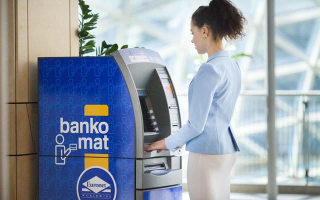Polska bez gotówki? Chyba nieprędko. Bo na razie sieci bankomatowe rozbudowują ofertę dla tych, którzy mają jej… za dużo