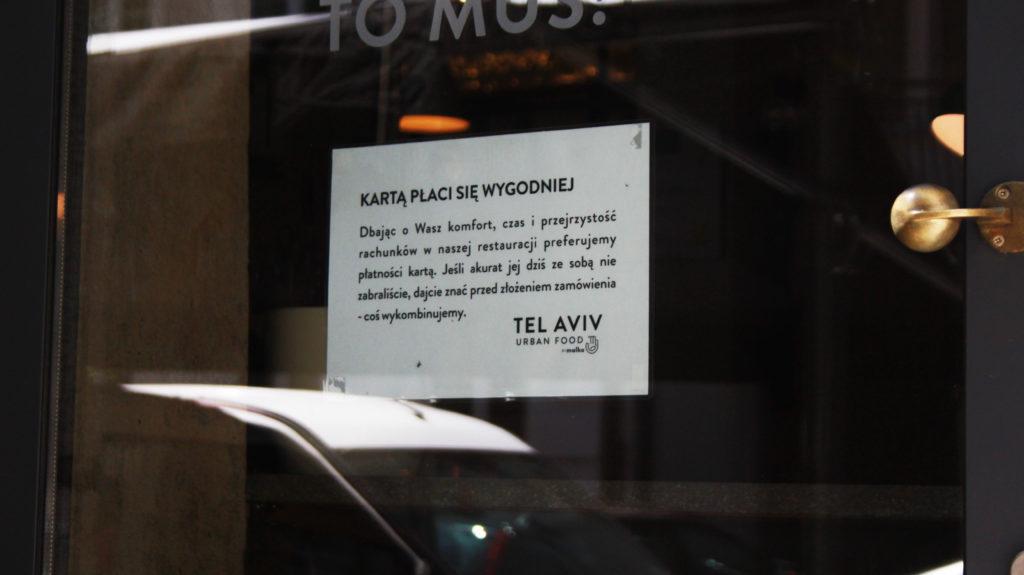 W tej restauracji postawili wszystko na jedną kartę. Rok temu powiedzieli klientom, że akceptują tylko plastik. Efekt?