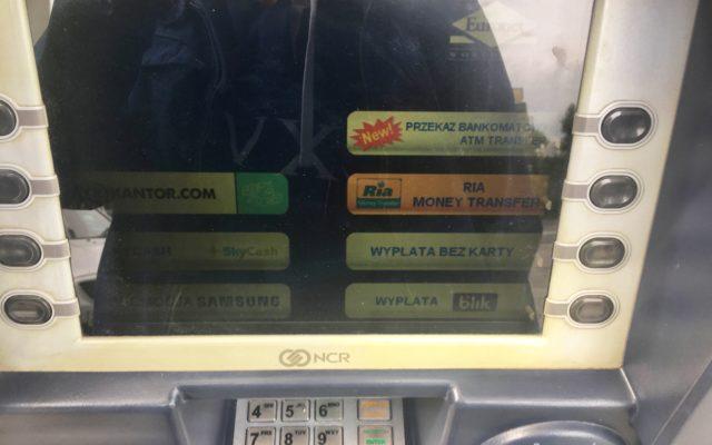 Karta płatnicza w bankomacie to już nie tylko klucz do gotówki, ale do wielu nowych usług finansowych. Oto te najbardziej przydatne