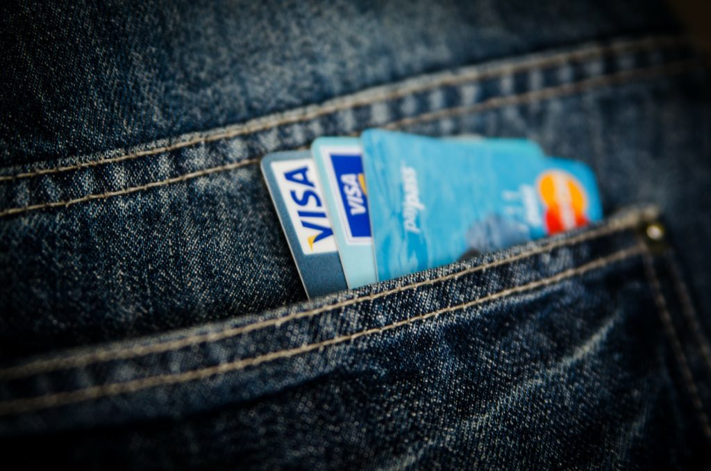 Jak płacić kartą za granicą. Jedziesz na wakacje i nie chcesz narażać się na kradzież gotówki? Zabierz ze sobą nowoczesną kartę
