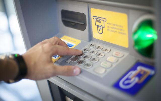 """""""Nowa normalność"""" w bankomatach. Wyłącznie wysokie nominały, limity wysokości wypłat. Czy banki zaoferują własnym klientom """"bankomaty premium""""?"""