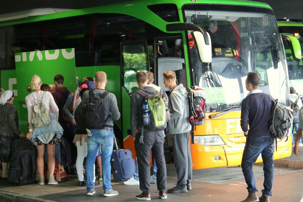 """FlixBus wprowadził dodatkowe opłaty. Kto chce pomóc Matce Ziemi, dopłaca za przejazd. Na co idą """"zielone"""" pieniądze?"""