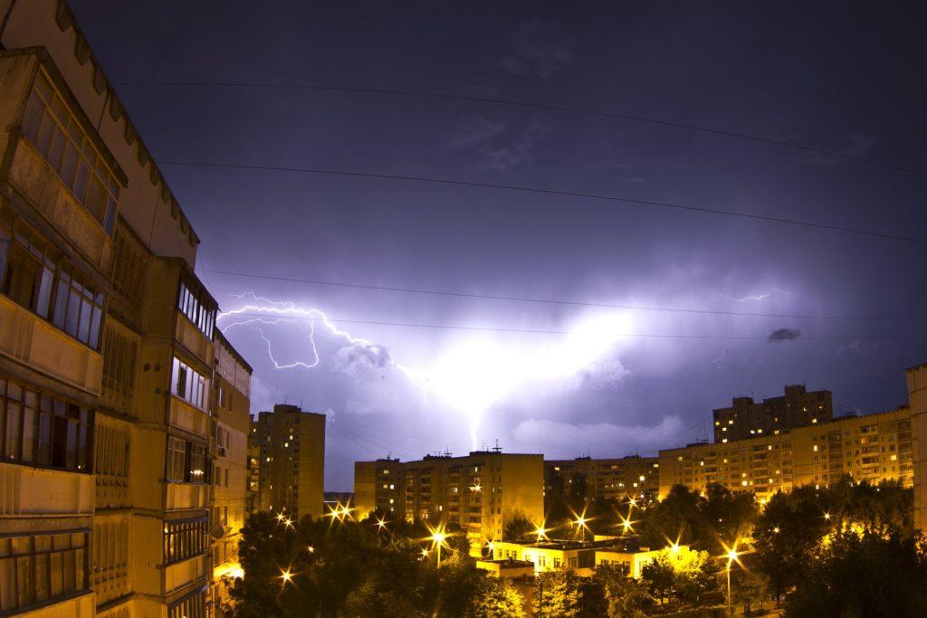 Oberwanie chmury, wicher, burza stulecia i… brak prądu. Jak walczyć o pieniądze po nocy spędzonej przy świeczkach?