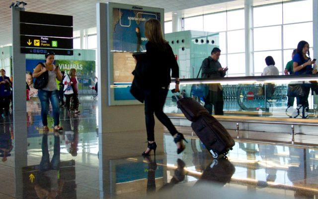 Na lotnisku czekał przez dwie godziny na bagaż. Stracił przez to połączenie kolejowe i kilkaset złotych. Poprosił o zwrot kasy. A linia lotnicza…