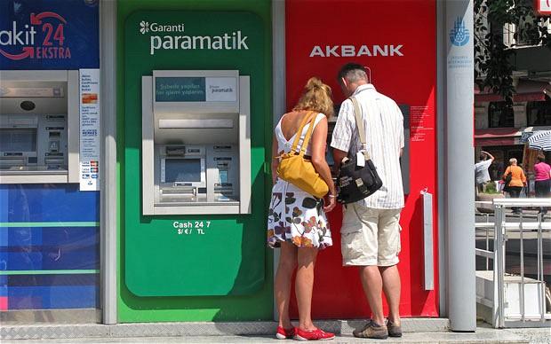Jak zapłacić 65 zł prowizji za zwykłą wypłatę z bankomatu? Ja prawie tyle zapłaciłem, bo podsunęli mi te dwie opcje. Obie złe