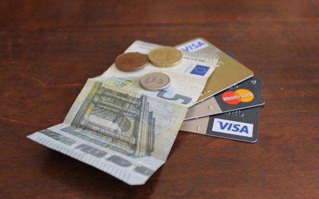 Płacisz kartą walutową, a bank… i tak dolicza ci spread. Pojedyncza wpadka? Wiele wskazuje, że raczej systemowy błąd banku! Jak wybrnąć?