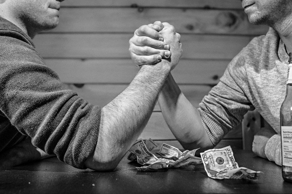 """Inwestujesz pieniądze? Właśnie weszły w życie przepisy, które mają niszczyć nieetyczną sprzedaż. Czy nie wydarzy się """"drugi Getback""""?"""