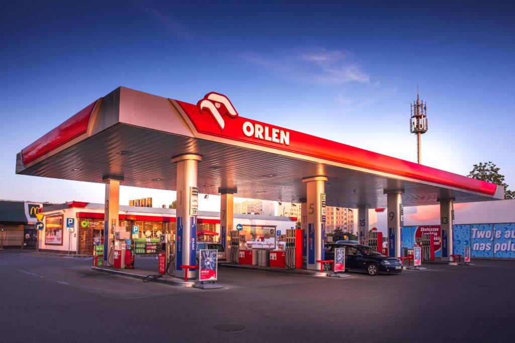 Orlen daje zniżki na paliwo. Tego jeszcze w Polsce nie było, bo najpierw trzeba kupić… jego akcje. Czy warto stać się udziałowcem Orlenu?