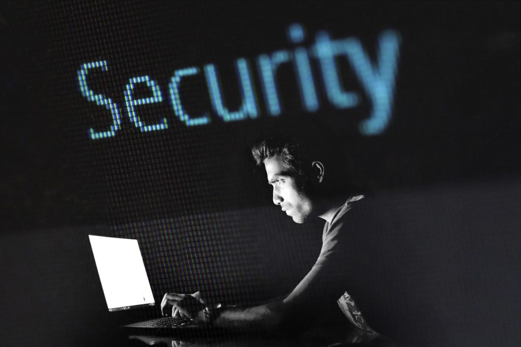 """Dane z dowodów osobistych i smartfonów, dane osobowe, tożsamość – to dziś cel złodziei. Jak nie dać się okraść z """"cyfrowego majątku""""?"""