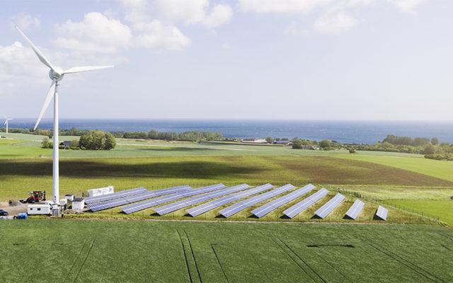 """My budujemy nowe elektrownie na węgiel, a oni testują… """"energetyczną wyspę"""". Simris, czyli wieś, która zasila się sama. Wiatrem i słońcem"""
