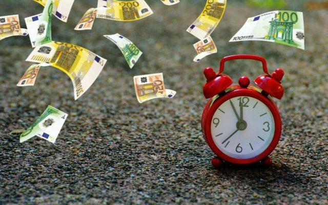 Wybierasz się za granicę i potrzebujesz pilnie waluty. Widzisz bankomat, który umie wypłacić euro. Ile to kosztuje i jak nie wpaść w pułapkę?