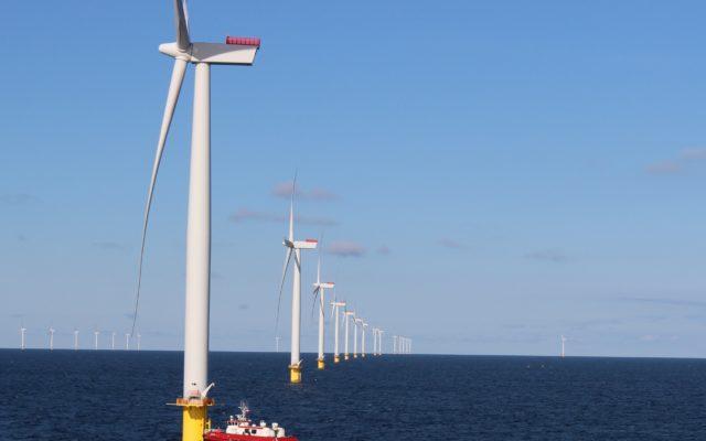 """Czy wielkie inwestycje w energię z wiatru obronią nas przed podwyżkami cen prądu? Na Bałtyku stanie kilkaset """"polskich"""" wiatraków"""