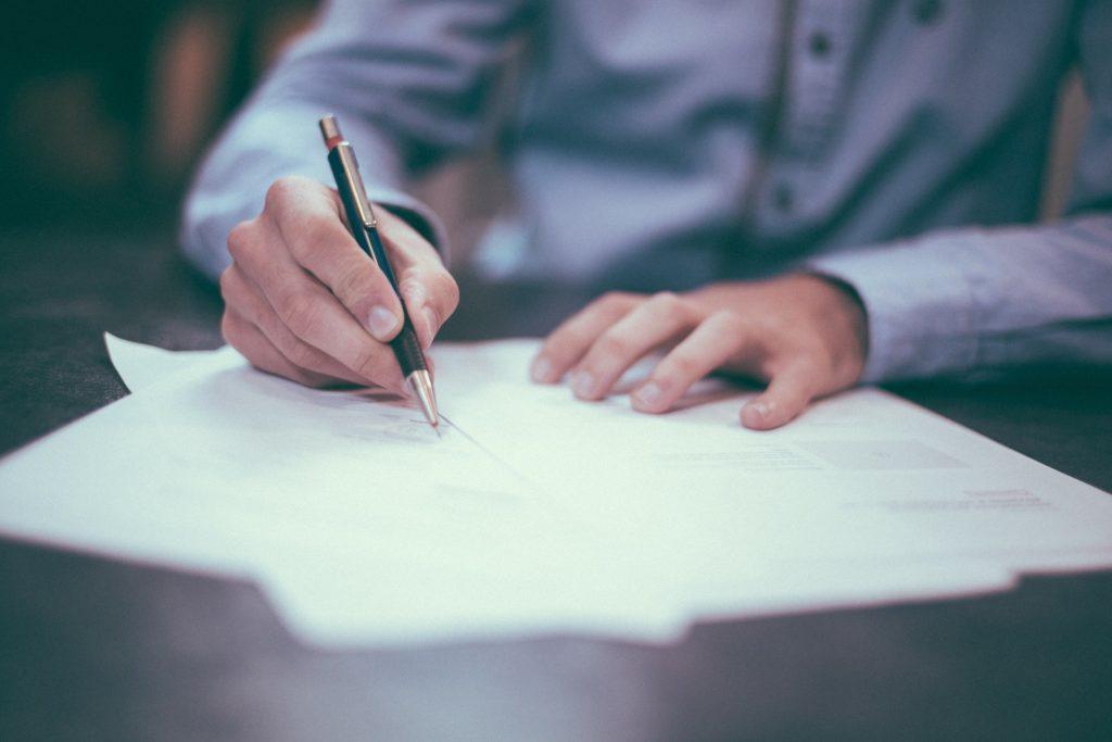 """Przełom w sporze klientów z bankiem o aneksy do umów kredytowych! """"Nie zmieniamy zdania, ale kto chce, może podpisać"""". Zwycięstwo?"""