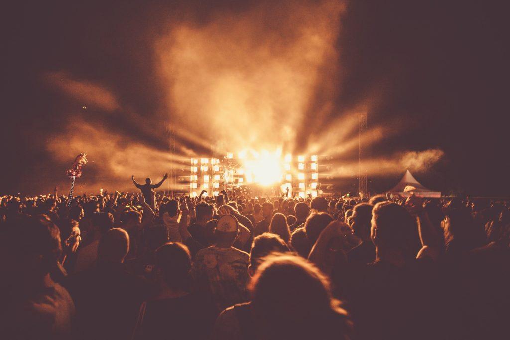 """Kupujesz bilet na festiwal lub koncert? Uważaj na dodatkowe opłaty! Sięgają nawet 60% ceny biletu i bywają """"niewidzialne""""!"""