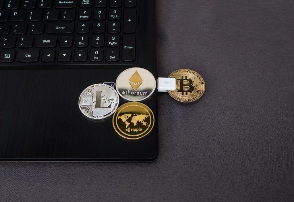 """Polska będzie miała """"oficjalnego bitcoina""""? Do czego będziemy mogli go używać? Ile stracą na tym banki? I jak będą się broniły?"""