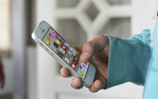 """Płacenie smartfonem: pierwsze kroki. Co zrobić, żeby """"włożyć"""" kartę do smartfona? I jak nią potem płacić? I czy to bezpieczne?"""