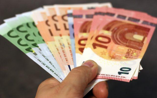 Czy Polska powinna wejść do strefy euro? Prezes Kaczyński straszy wzrostem cen. Czy ma rację? Siedem argumentów za i przeciw euro