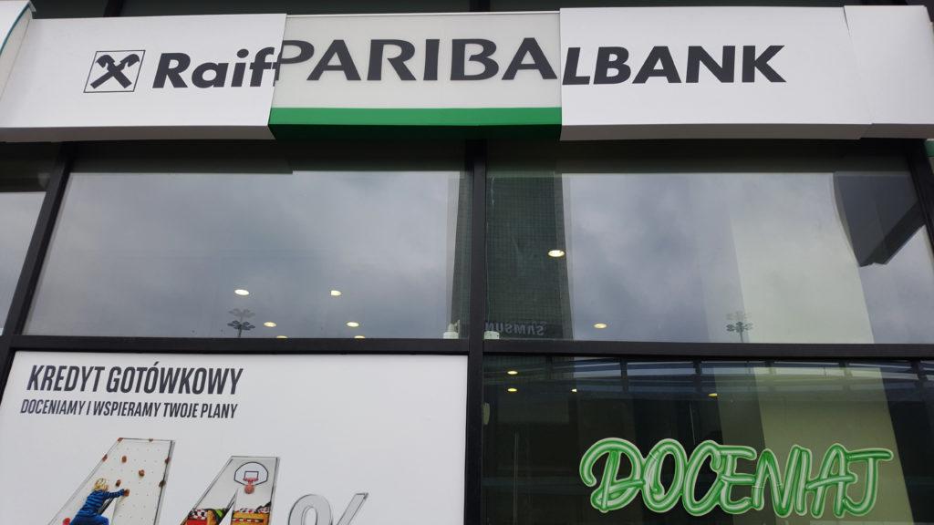 """Ryzykowny ruch BNP Paribas. Nie będzie już prowadził kont przejętych po ex-Raiffeisenie. Klienci muszą się """"przesiąść"""". Co ich czeka?"""
