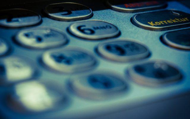 """Niecodzienna sytuacja: bankomat wypłacał klientom dwa razy więcej pieniędzy, niż chcieli. A teraz bank szuka """"beneficjentów"""""""