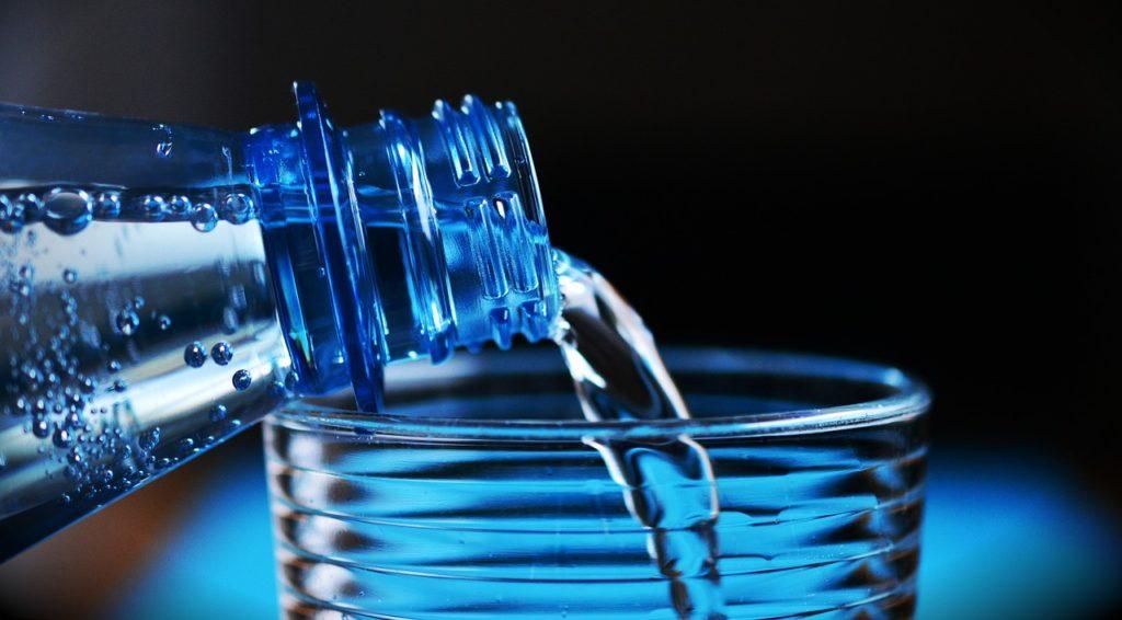 Kupować wodę w butelkach czy pić tę z kranu? Policzyłem ile można zaoszczędzić stawiając na kranówkę. Naprawdę dużą kasę!