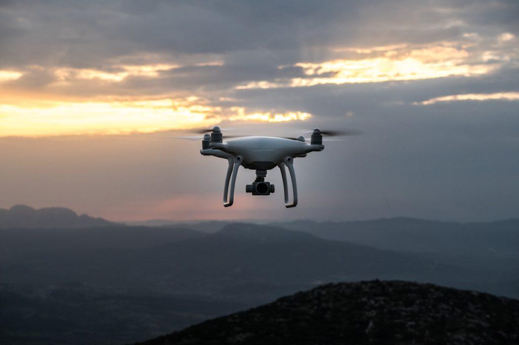 Opaska medyczna na ręce, ubezpieczeniowy dron nad mieszkaniem, polisa z satelity. Tak będą nas ubezpieczali?