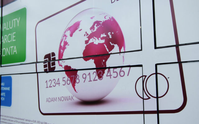 Zastanawiasz się czy twój bank oferuje wygodną kartę do płacenia za granicą bez spreadów i prowizji? Mamy listę takich kart i banków