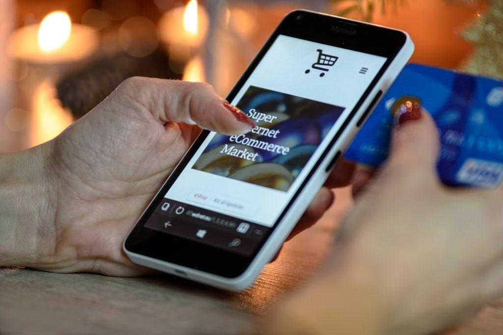 Dwie trzecie internautów przynajmniej raz na jakiś czas robi zakupy w smartfonie. Kiedy będzie to główny sposób kupowania w sieci?
