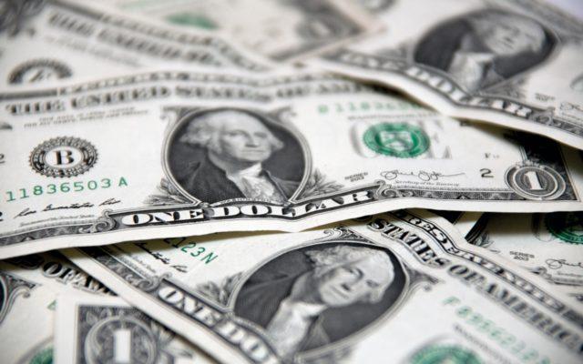 """Amerykanie obniżyli """"oprocentowanie"""" dolara. Po raz pierwszy od dekady! Jak to wpłynie na nasze zaskórniaki i kurs dolara? Czy wciąż warto będzie """"uciekać w zielone""""?"""
