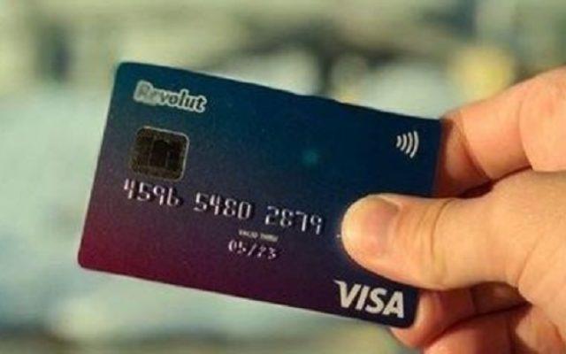 Już pół miliona Polaków zabiera na wakacje kartę Revolut zamiast bankowej. Ale co będzie po lecie? Rewolucja z przeszkodami