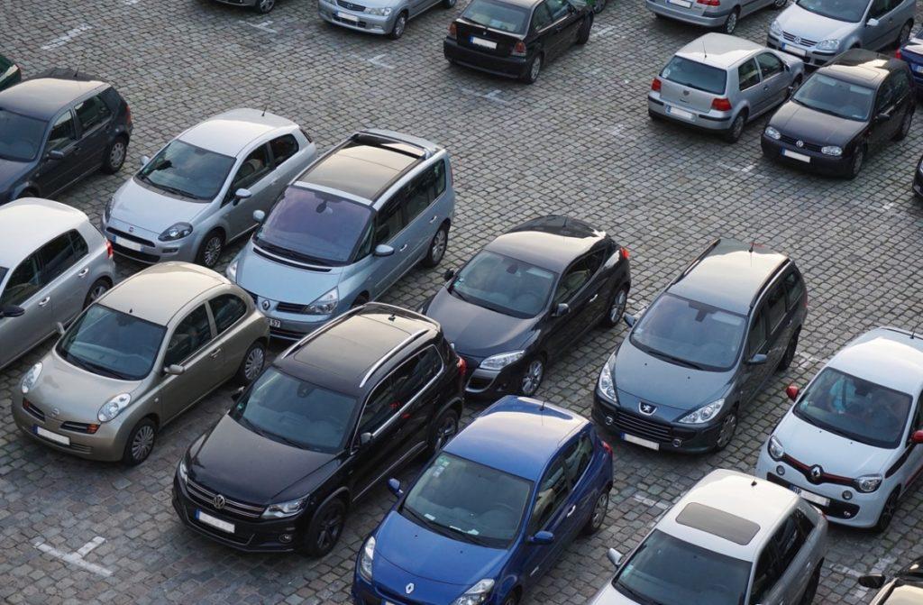 Planują drakońskie podwyżki opłat za parkowanie w centrum Warszawy. Ale strategia kija to za mało. Mam pomysł na marchewkę