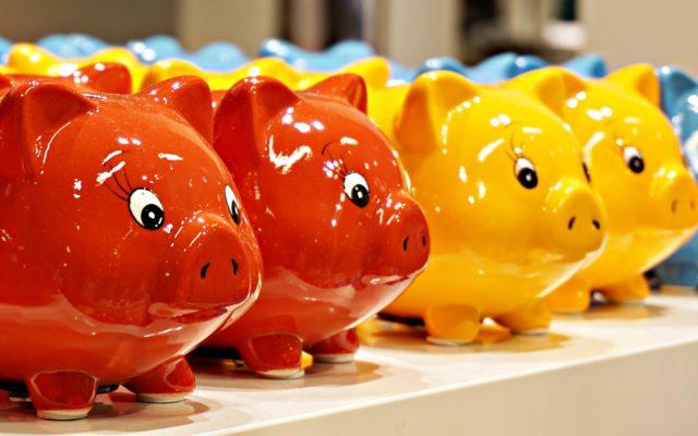 """To najłatwiejszy sposób oszczędzania: płacisz kartą, robisz przelewy, a bank odkłada """"resztę"""" na oszczędności. Które banki oferują usługę autooszczędzania?"""
