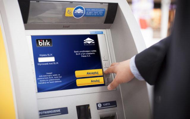 """Nadchodzi czas wzmożonych zakupów. Częściej będziemy odwiedzali bankomaty. Jakich zasad przestrzegać przy """"wodopoju"""" z gotówką?"""