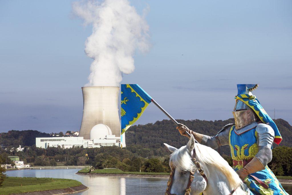 """Białoruś otwiera elektrownię atomową, Węgrzy też budują. A my ciągle w lesie. Czy bez własnej """"atomówki"""" grozi nam energetyczny dramat?"""
