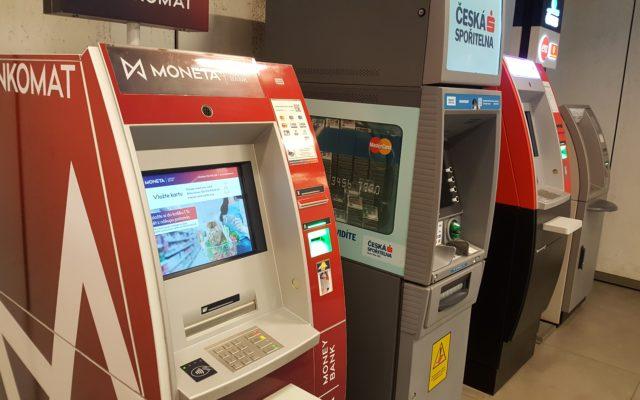 W połowie grudnia prawie wszystkie banki zmieniają cenniki korzystania z bankomatów. Wszystko przez unijne regulacje. Co się zmieni?