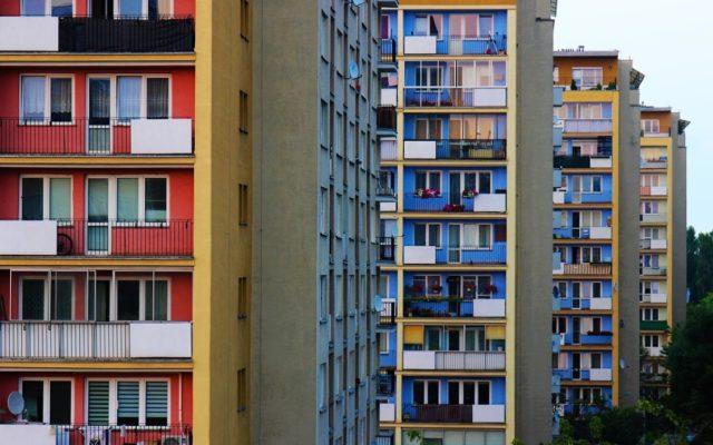 Najem mieszkań zwariował? W Warszawie płaci się 2500 zł za klitkę. A w Berlinie uradzili, że… zamrożą czynsze na pięć lat. Dobry ruch?