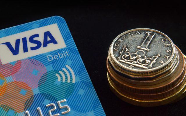 Bank porządkuje ofertę, więc zamienia klientom kredyt na… kartę kredytową. Klienci wkurzeni, ale czy stracą na tej zamianie? Sprawdzam!