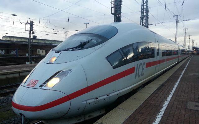 Zaczyna się. Niemcy chcą opodatkować swoim obywatelom podróże samochodem i samolotem, a obniżą VAT na bilety kolejowe. Co my na to?