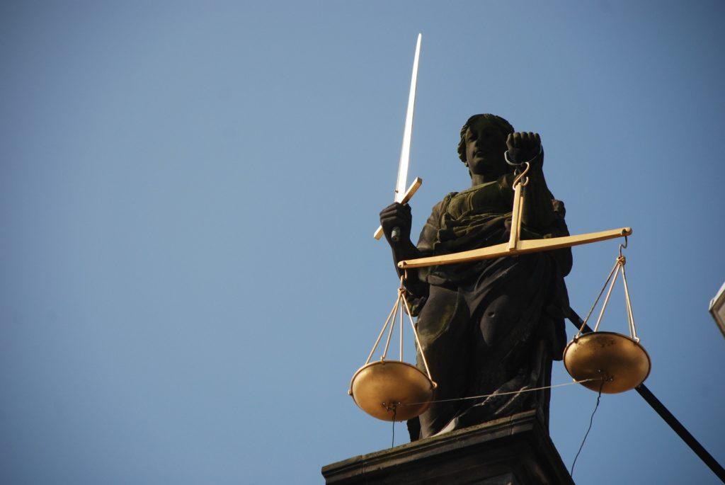Najpierw padli ofiarą toksycznych kredytów, a teraz chciwych prawników? Frankowiczu, planujesz iść do sądu? Komu (i za ile) powierzyć sprawę?