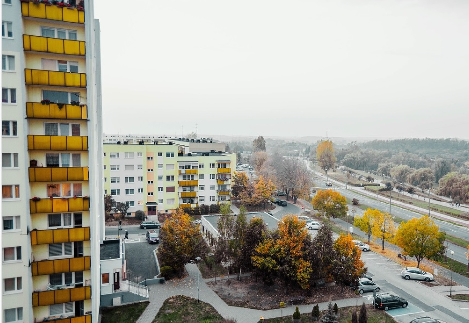 Ceny ofertowe mieszkań coraz częściej są wzięte z sufitu. Jak skutecznie negocjować zakup mieszkania i nie przepłacić? Osiem rad