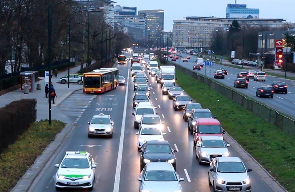 Masz cztery osoby w samochodzie? Możesz bezkarnie jeździć buspasem. Czy to dobry pomysł?