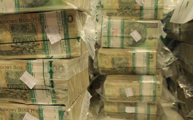 Chcesz wypłacić w gotówce więcej niż 20.000 zł? Najpierw musisz to zgłosić w banku. Na pieniądze możesz czekać nawet pięć dni!