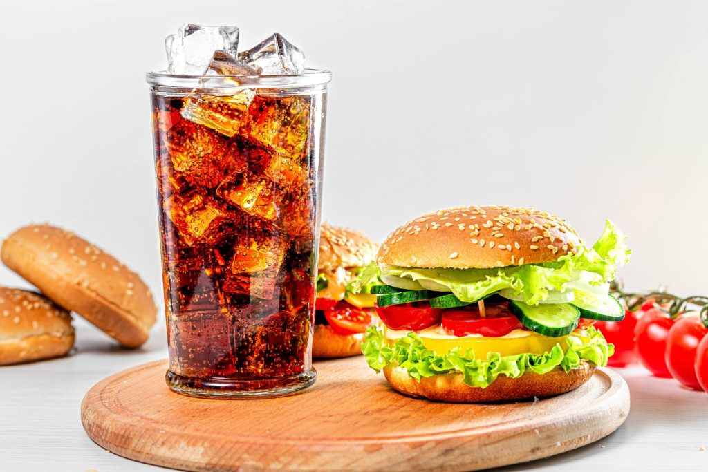 Rząd szykuje podatek od cukru. Ile zapłacisz wkrótce za słodki napój? I czy tu chodzi o nasze zdrowie, czy o pieniądze? Sprawdzam!